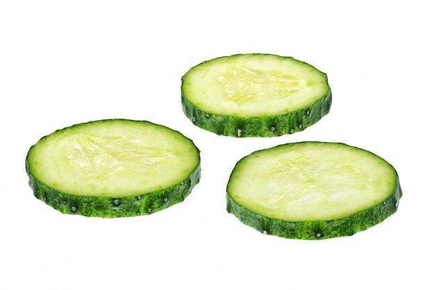 Fette fresche del cetriolo isolate