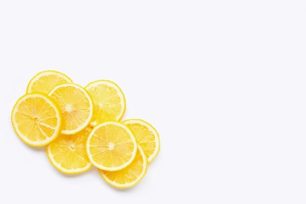 Fette fresche del limone su fondo bianco.
