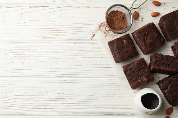 Fette, mandorla, filtro e cioccolato della torta di cioccolato su bianco, spazio della copia