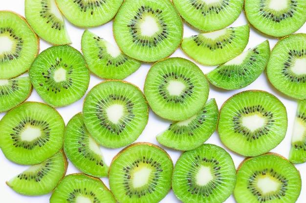 Fette mature del kiwi isolate su bianco