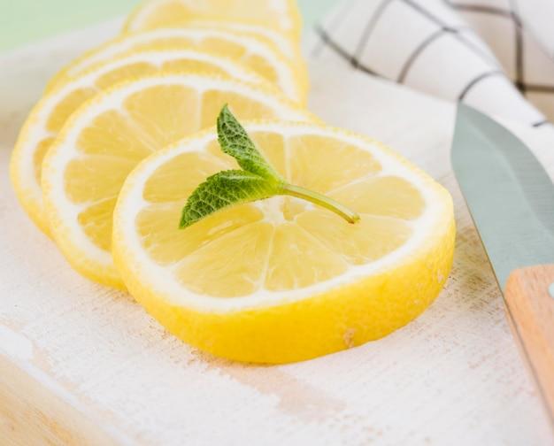 Fette organiche del limone del primo piano con la menta