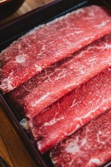 Fette rari autentico manzo wagyu giapponese a5 con texture ad alta marmorizzata per shabu.