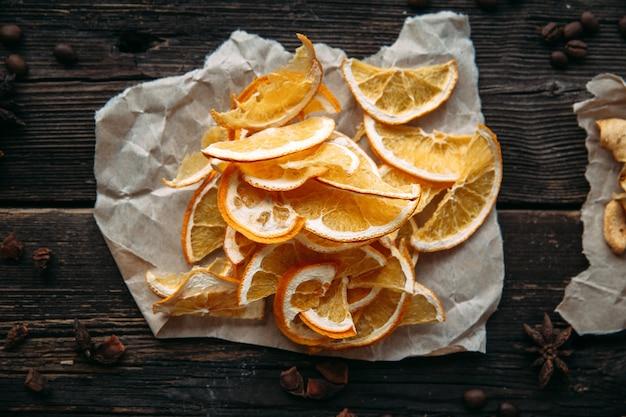 Fette secche di arancia sulla vista superiore di carta