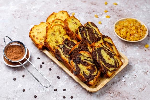 Fette tradizionali del dolce di marmo dell'uva passa con l'uva passa e la polvere di cacao, vista superiore