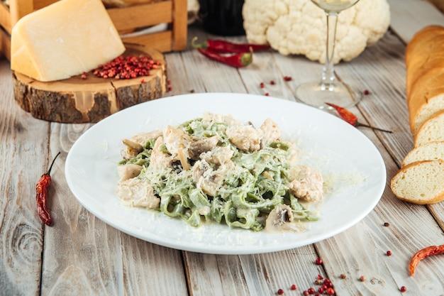 Fettuccine alfredo di pasta verde con funghi e pollo