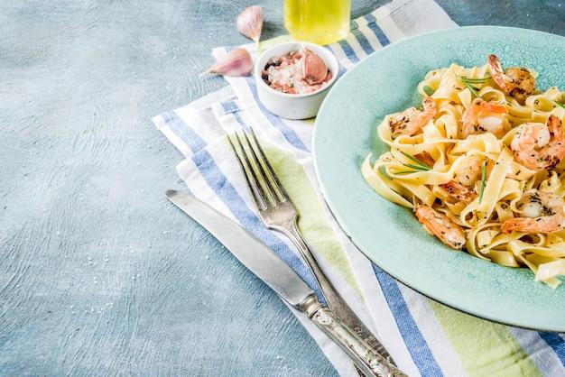 Fettuccine di pasta con gamberi