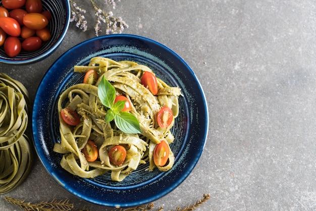Fettuccine di spinaci con pomodori