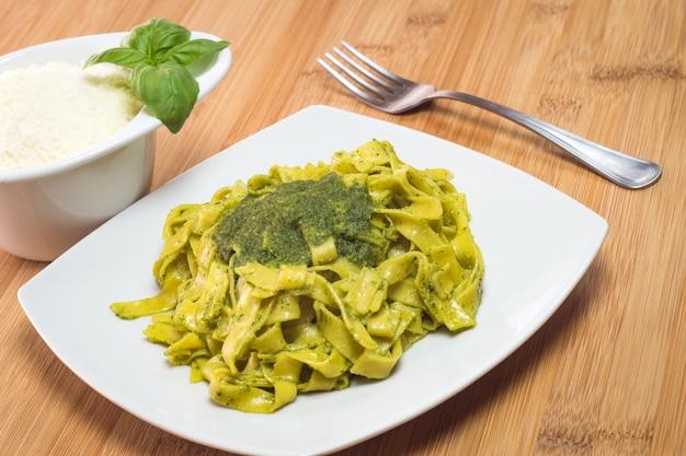 Fettuccine italiane in salsa di pesto al basilico