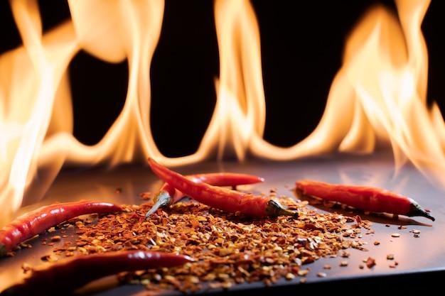 Fiamma calda e peperone sul fuoco