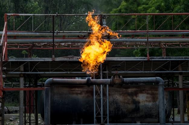 Fiammate la fiamma del fuoco dal tubo del gas