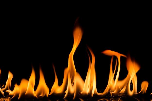 Fiamme del fuoco su sfondo nero.