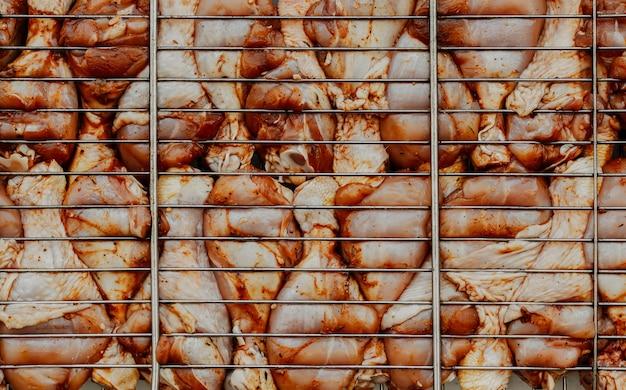 Fianchi di pollo crudi con spezie alla griglia