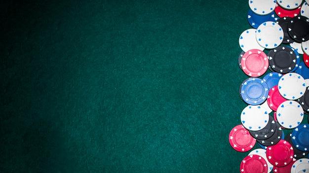 Fiches da poker sul tavolo da poker con copia spazio per il testo