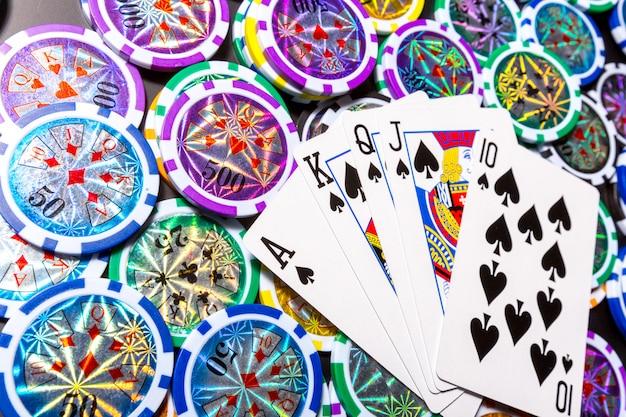 Fiches e carte da poker sul nero