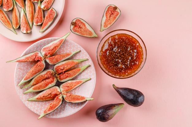 Fichi con marmellata di fichi in piastre su piatto rosa e piatto.
