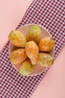 Fichi d'india in un piatto sul panno da picnic