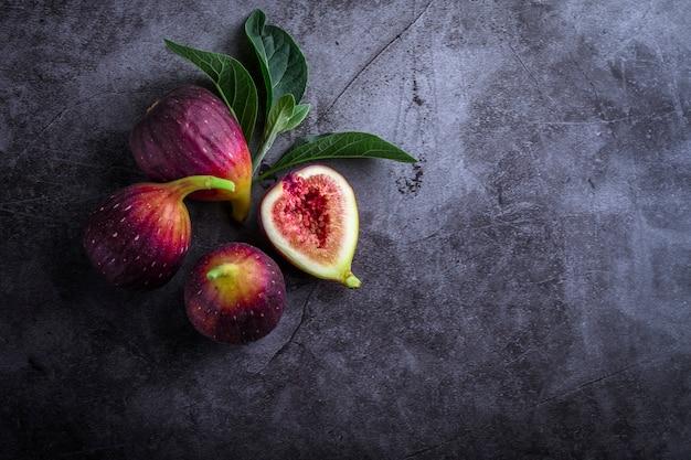 Fichi maturi freschi sul tavolo scuro. frutto di fico mediterraneo sano.