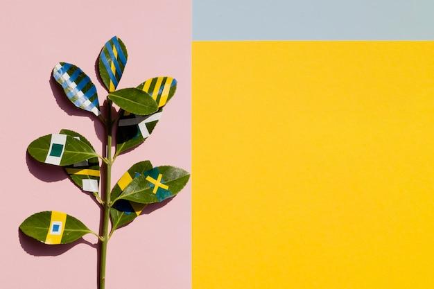Ficus dipinto con sfondo giallo spazio copia