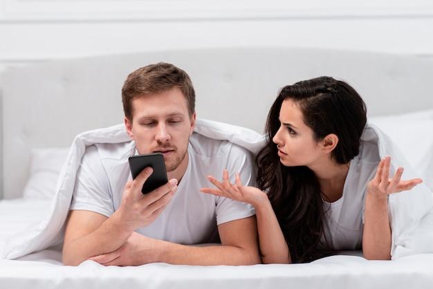 Fidanzata arrabbiata per la dipendenza dei suoi fidanzati dal suo telefono