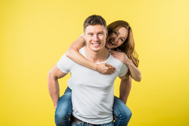Fidanzata che si gode la cavalcata sulla schiena del suo ragazzo