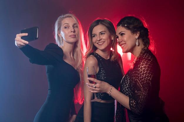 Fidanzate alla festa prendendo selfie