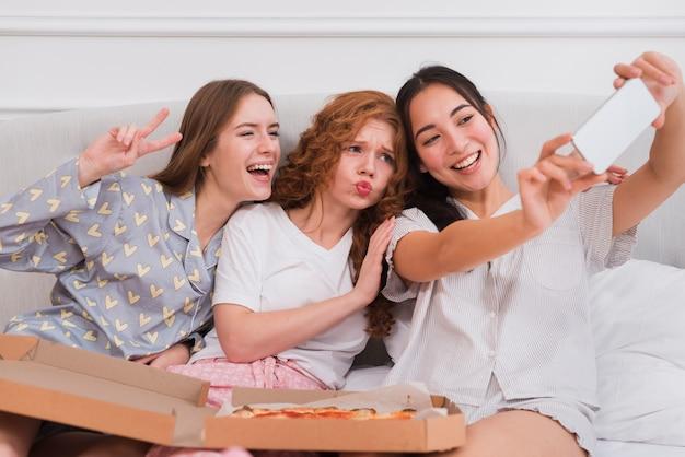 Fidanzate allegre che prendono selfie