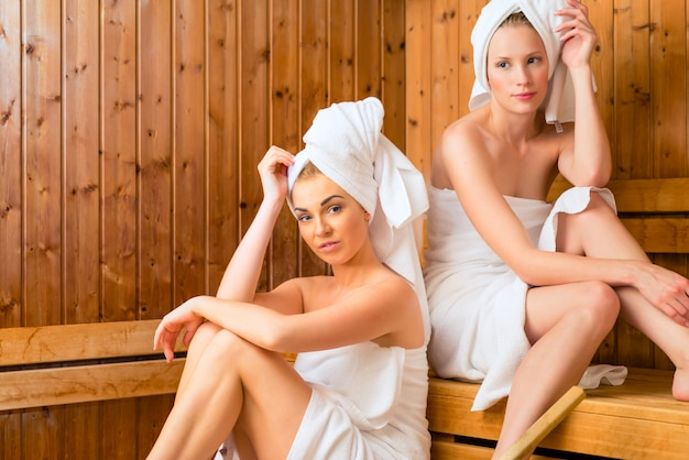 Fidanzate in wellness spa godendo infusione sauna