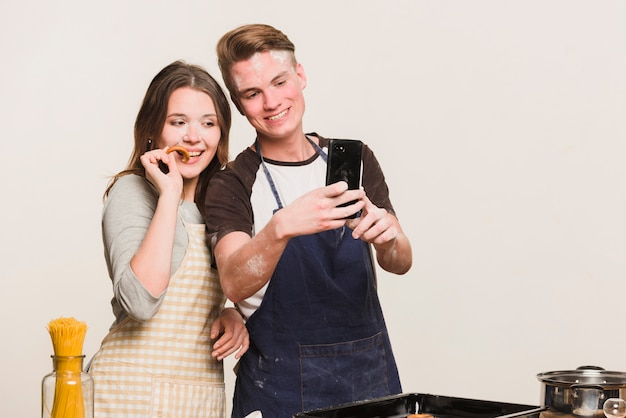 Fidanzati che fanno foto in cucina