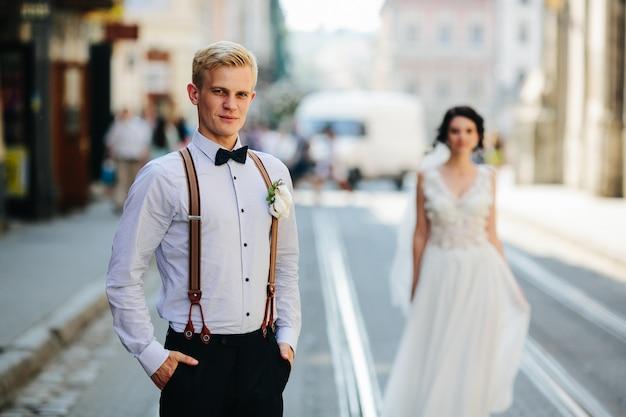 Fidanzato fronte fidanzata dietro