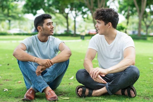 Fiduciosi giovani amici che parlano di ultime notizie