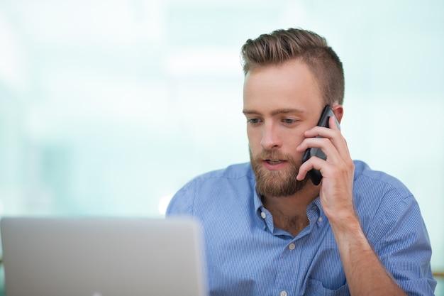 Fiducioso maschio cliente consulenza esecutiva sul telefono