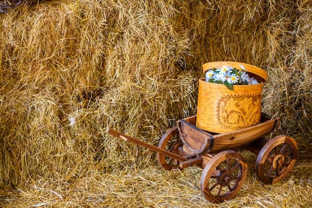 Fienile di mele di fattoria carrello carrello barile fienile giornata di sole.