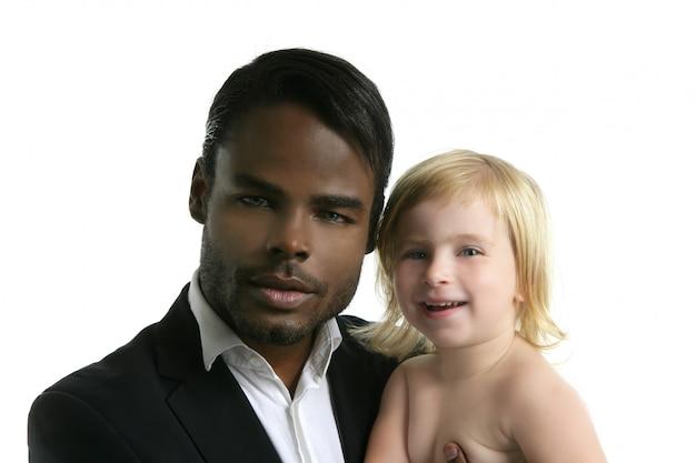 Figlia caucasica del padre africano della multi famiglia etnica