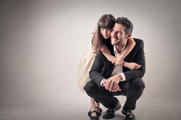 Figlia che abbraccia il suo papà