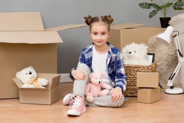 Figlia che aiuta con le scatole di imballaggio