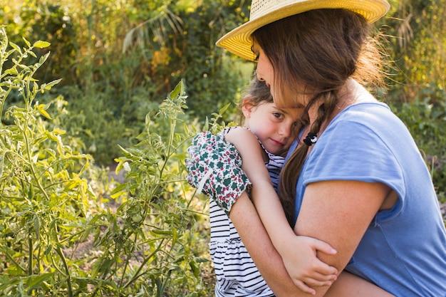 Figlia che ama sua madre in orto