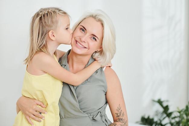 Figlia che bacia madre
