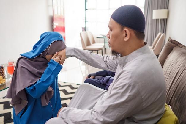 Figlia che si scusa con suo padre nella celebrazione del ramadan eid