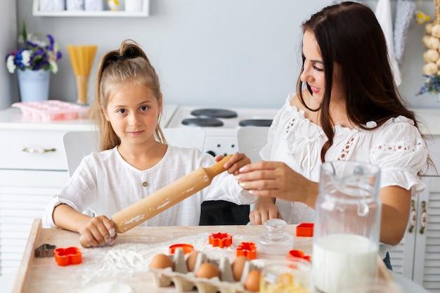 Figlia d'istruzione della madre come usare il rullo della cucina
