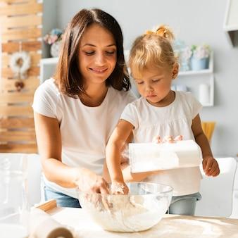 Figlia e madre che preparano la pasta