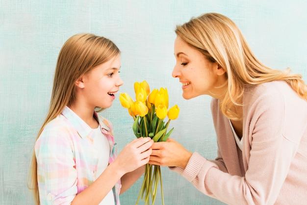 Figlia e madre che tengono i tulipani