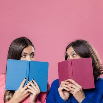 Figlia e madre con libri