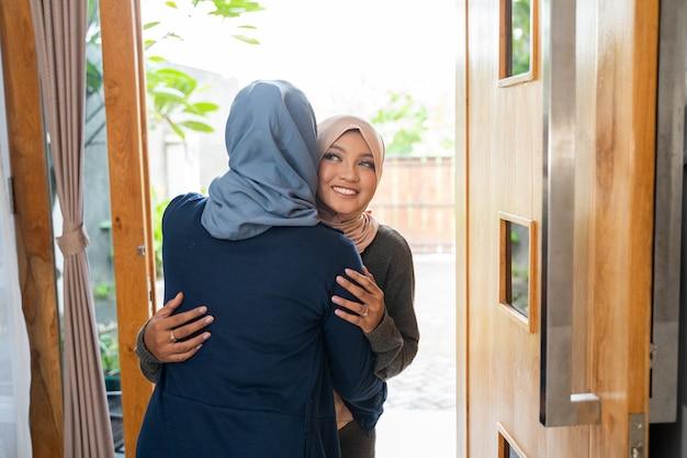 Figlia e madre si salutano per scusarsi