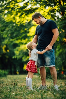 Figlia laterale che abbraccia suo padre