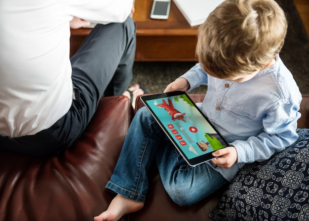 Figlio che usa tablet e-learning game education a casa