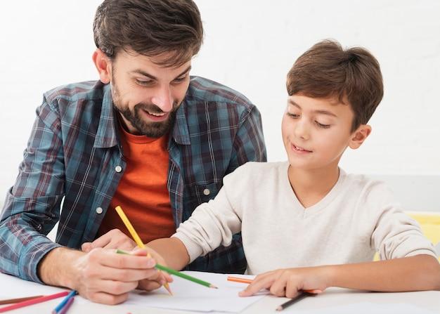 Figlio d'aiuto del padre con i compiti
