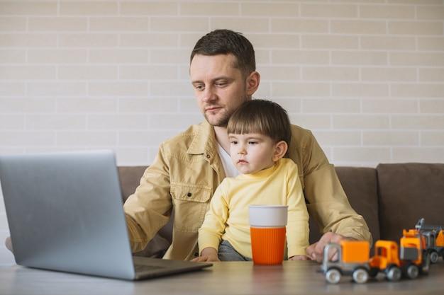 Figlio di stare con il padre mentre si lavora da casa