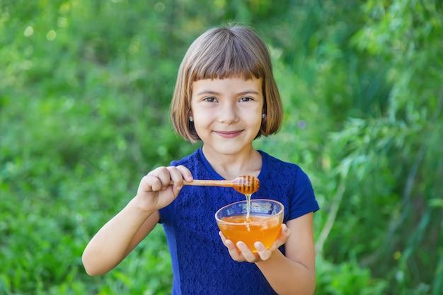 Figlio di un piatto di miele nelle mani