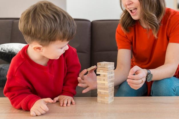 Figlio e mamma del primo piano che giocano janga