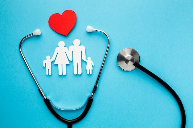 Figura a forma di famiglia con cuore e stetoscopio